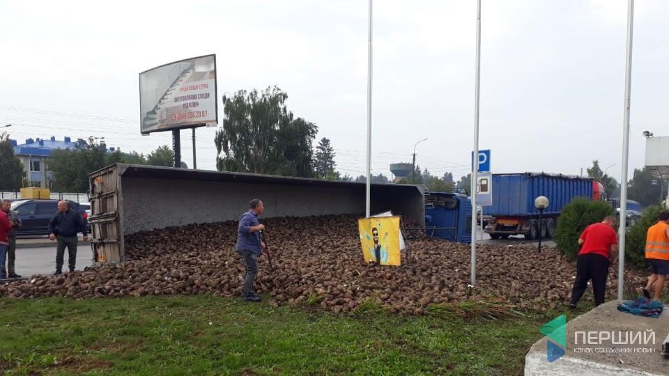 У Луцьку на Дубнівській перекинулася вантажівка з буряком. Рух ускладнений