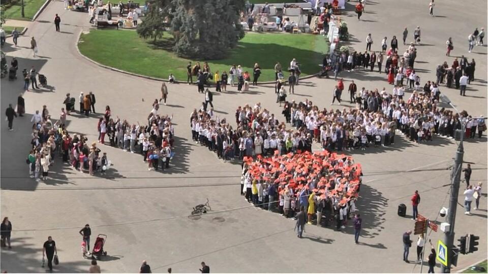 День Луцька: у центрі під час громадської акції сформували фігуру серця