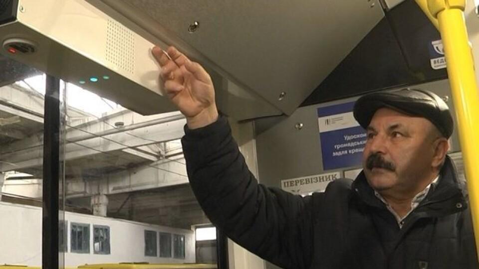 У Луцьку виїхав на маршрут тролейбус, салон у якому кварцують