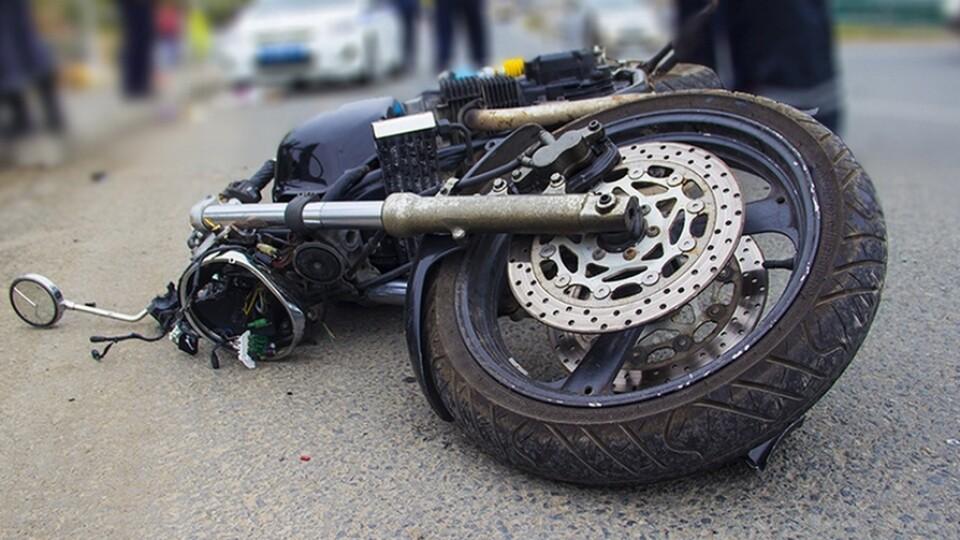 На Волині двоє підлітків на мотоциклі врізались у паркан. Один з них у важкому стані