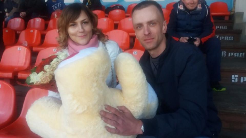 «Наташо, я тебе кохаю»: на футболі у Луцьку хлопець привселюдно освідчився дівчині