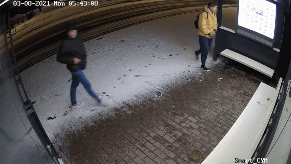 У Луцьку камери зафіксували вандалів, які розмалювали «розумну» зупинку. Просять їх упізнати