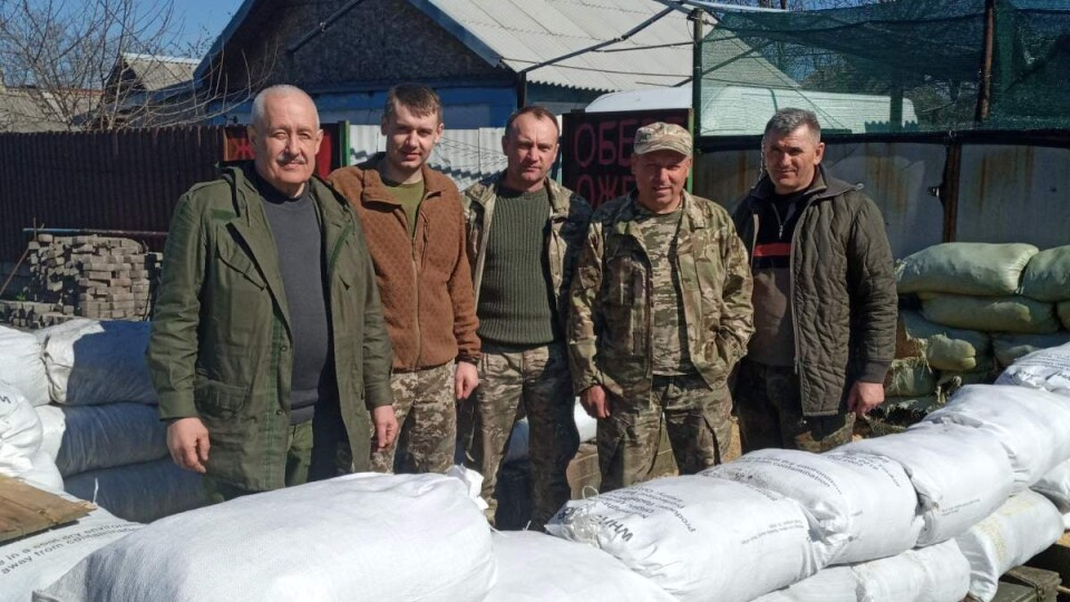 Волинські волонтери завезли воїнам на передову продукти до Великодня