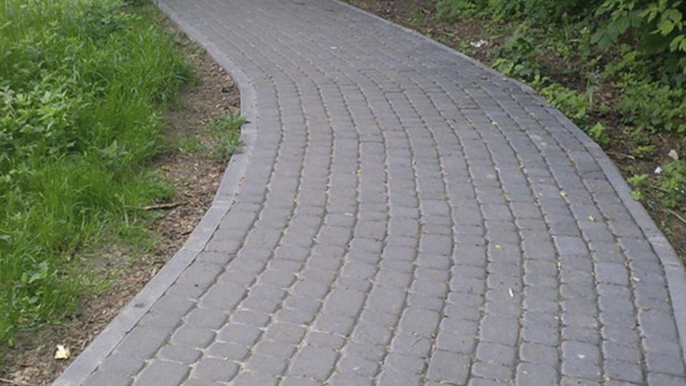 У Луцьку замість стежки  з'явилася нова пішохідна доріжка з освітленням. ФОТО