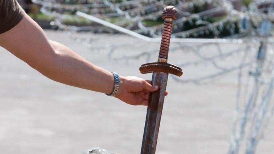 У Володимирі встановили нову скульптуру – металевий меч у камені