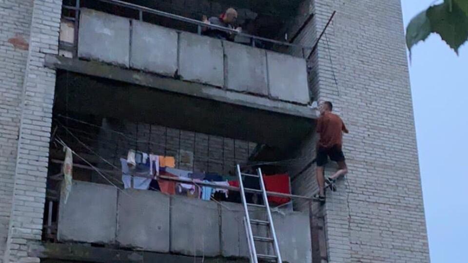 У Нововолинську чоловік хотів вистрибнути з вікна