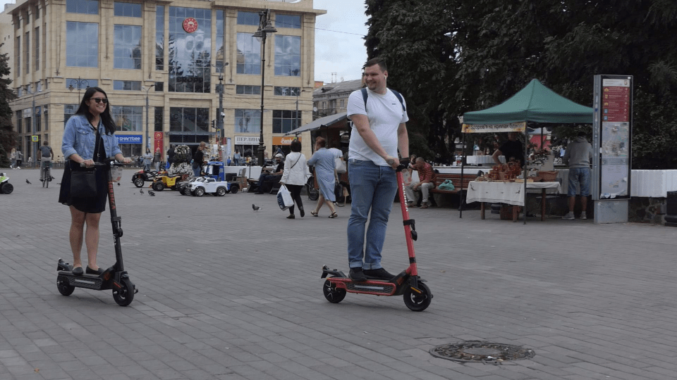 У Луцьку пропонують встановити правила їзди на самокатах