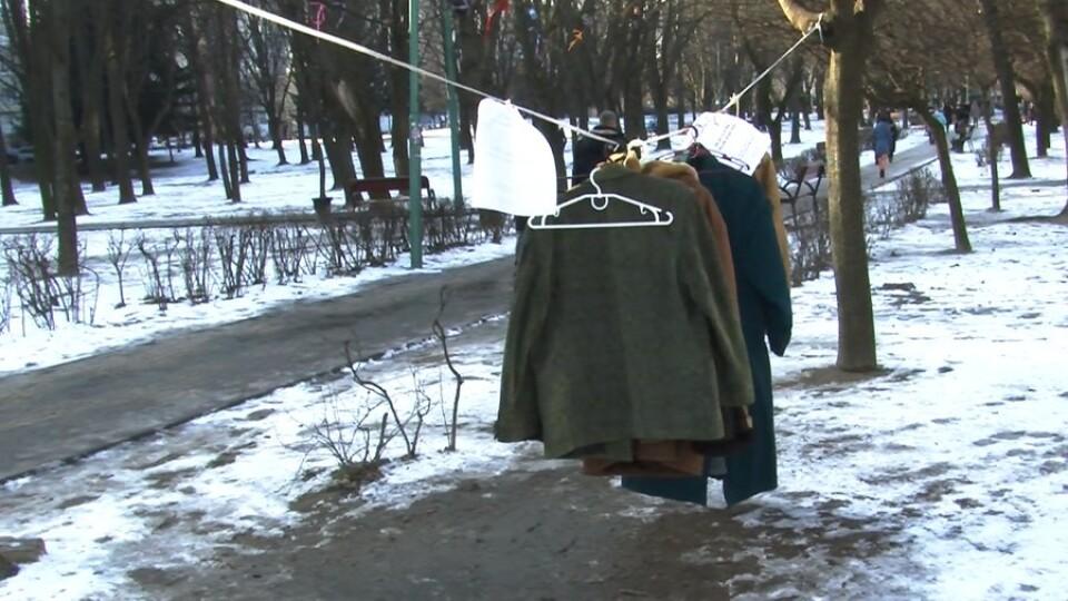 У Луцьку розвісили зимовий одяг, аби бідні могли прийти і взяти