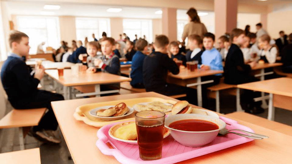 З шкільних їдалень Луцька зникнуть ковбаси і консерви. Коли