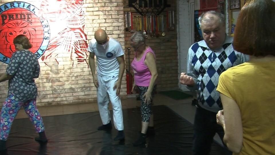 Італієць безплатно вчить луцьких пенсіонерів прийомам карате