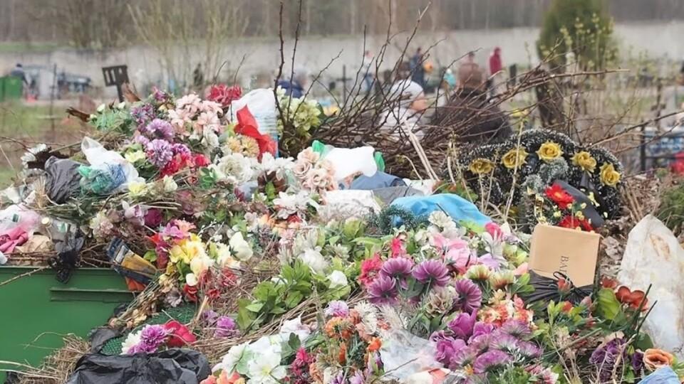 Луцький священник розповів, чому не варто нести штучні квіти на кладовища