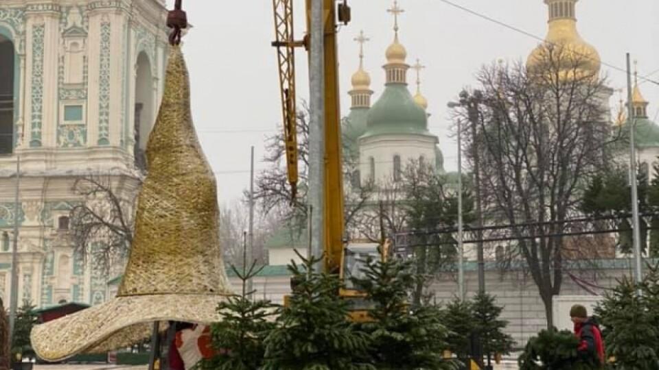 З головної ялинки країни у Києві зняли капелюха. Фото