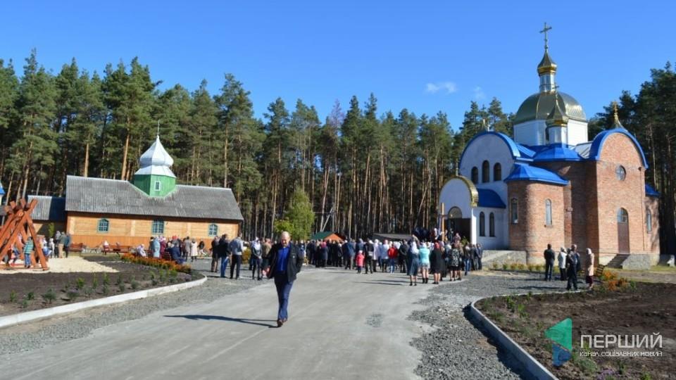 Із козацьким «салютом» та кулішем: у селищі на Волині відкрили український храм. ФОТО