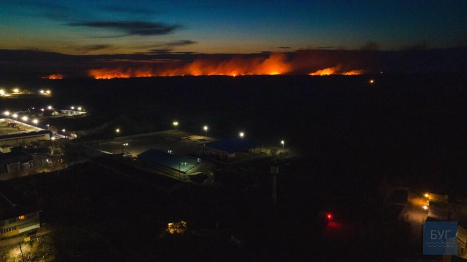Вражаючі фото пожежі на полі біля Володимира-Волинського