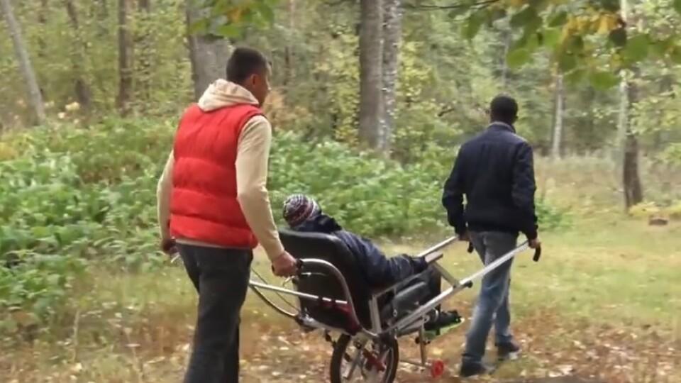 На інвалідному візку – по бездоріжжю. Лучанин виготовляє оригінальні коляски