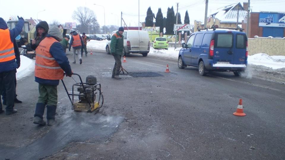 На Волині взимку ремонтують зруйновані дороги. ФОТО