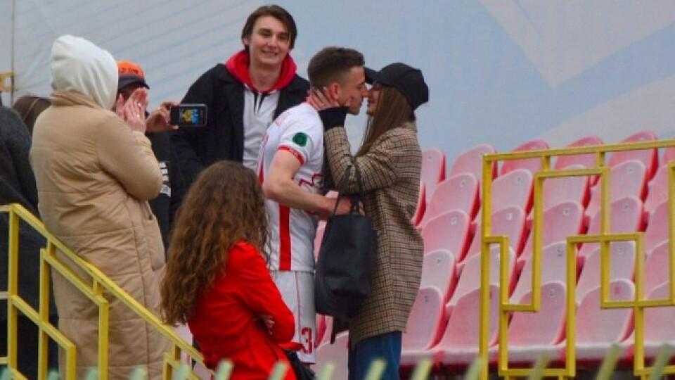 Футболіст «Волині» після матчу освідчився своїй дівчині