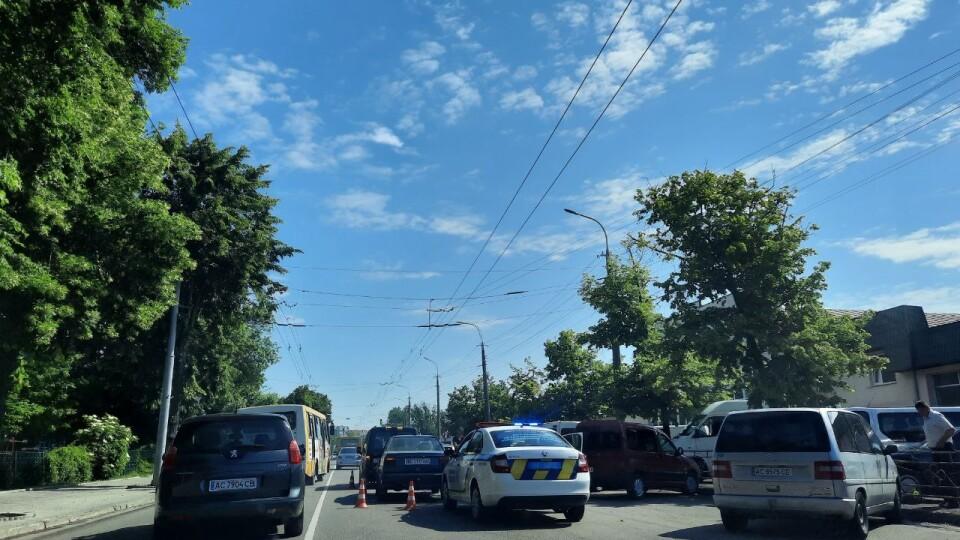 У Луцьку біля Центрального ринку зіткнулися дві автівки. Рух ускладнений