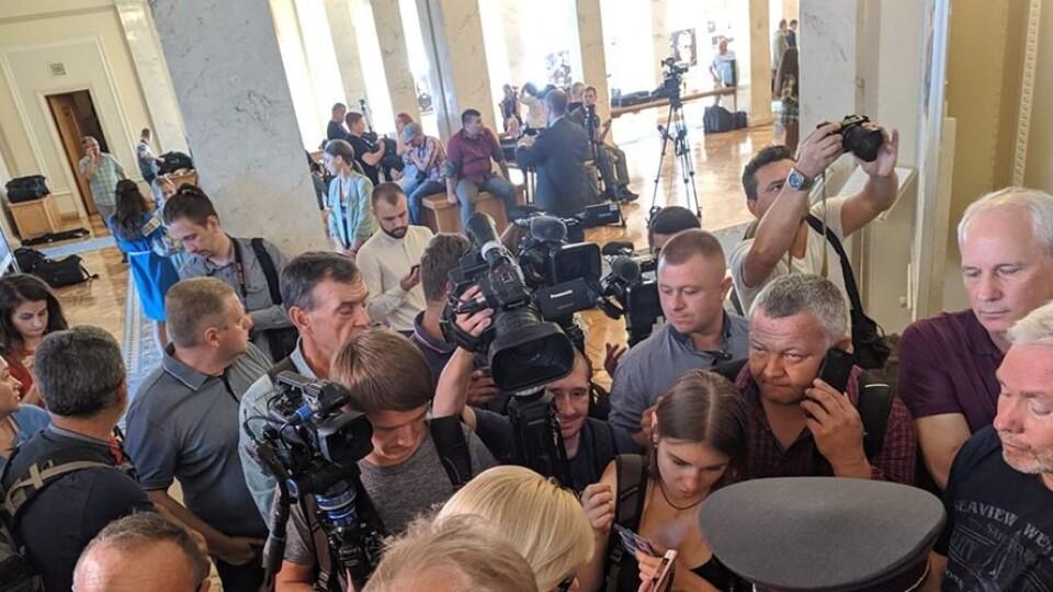 Перше засідання нової Ради: депутати склали присягу, журналістів не пускають в зал