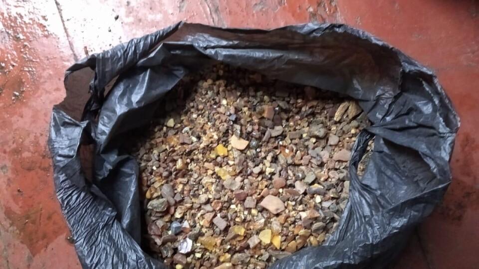 Волинянин вдома зберігав 5 кілограмів бурштину