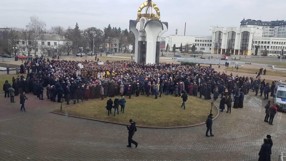 Прихильників УПЦ МП на площі у Луцьку – уже більше тисячі. Підняли плакати. ФОТО