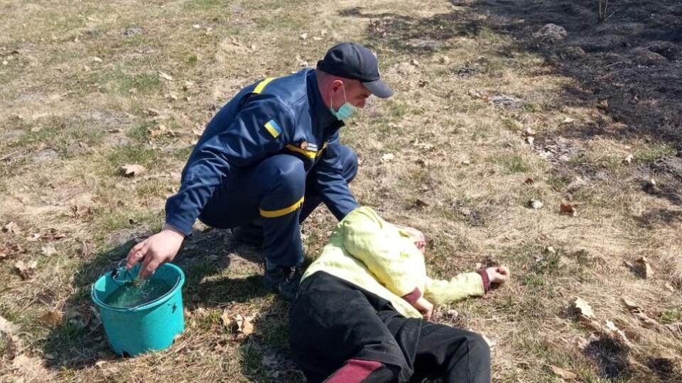 На Волині жінка палила траву –і знепритомніла від диму