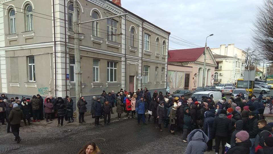 Біля Луцькради протестувальники перекрили дорогу. Поліція розвертає транспорт