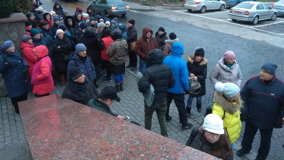 Під Луцькрадою протестують підприємці Старого ринку. Вони вимагають звільнити Сиротинську