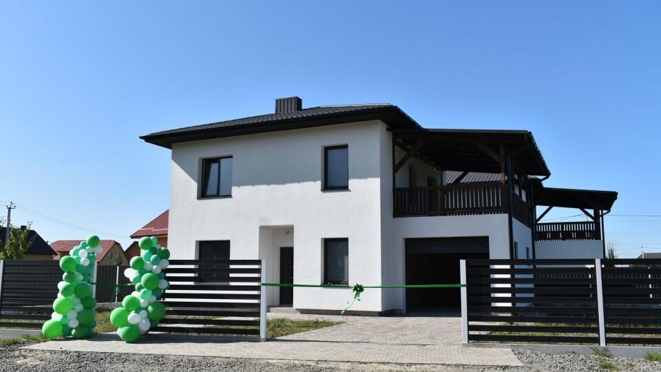 Багатодітній родині з Луцька подарували будинок у Боратині