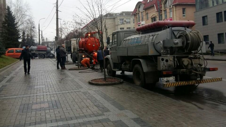 У Луцьку понад 20 будинків відучора без води. Комунальники шукають місце прориву водогону