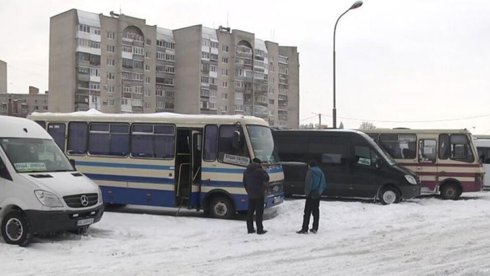Через нерозчищені дороги у Луцьку скасували 27 міжобласних автобусних рейсів