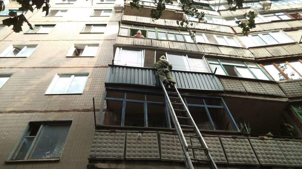 На Волині дворічна дитина закрила маму на балконі