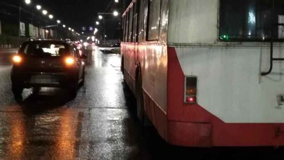 У Луцьку на водія тролейбуса наїхав легковик під час технічної зупинки. Він у реанімації