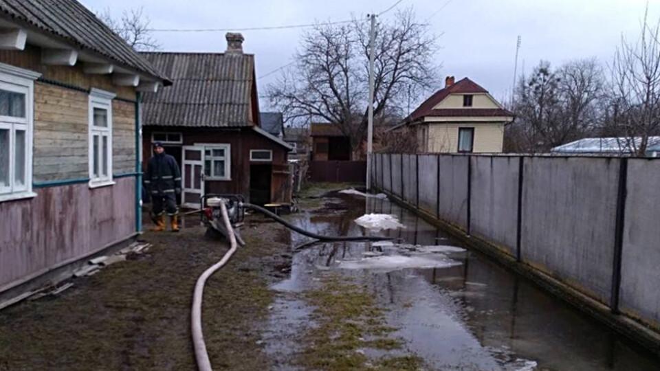 На Волині рятувальники почали відкачувати воду з підтоплених ділянок