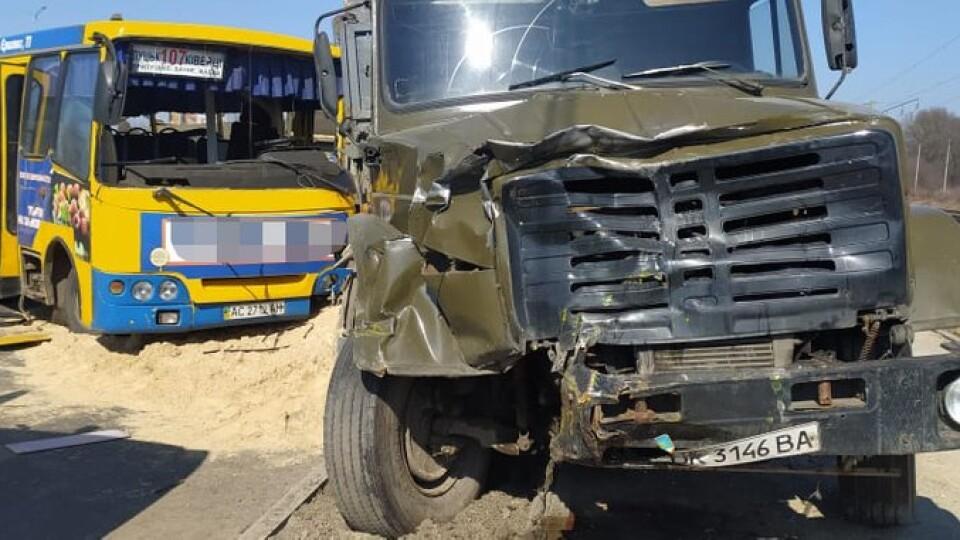 Показали відео моменту зіткнення маршрутки та вантажівки у Луцьку