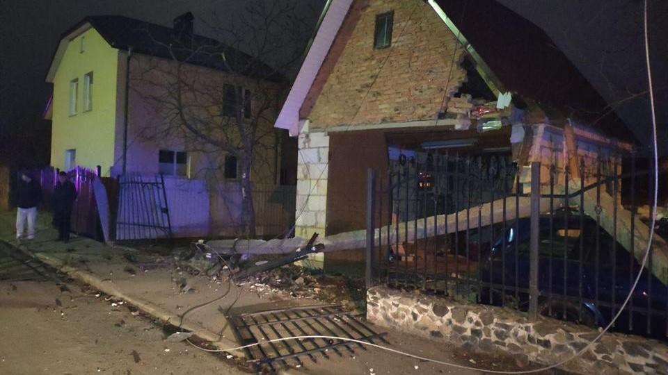 Вночі у Луцьку п'яний водій в'їхав у електроопору. ФОТО. ВІДЕО