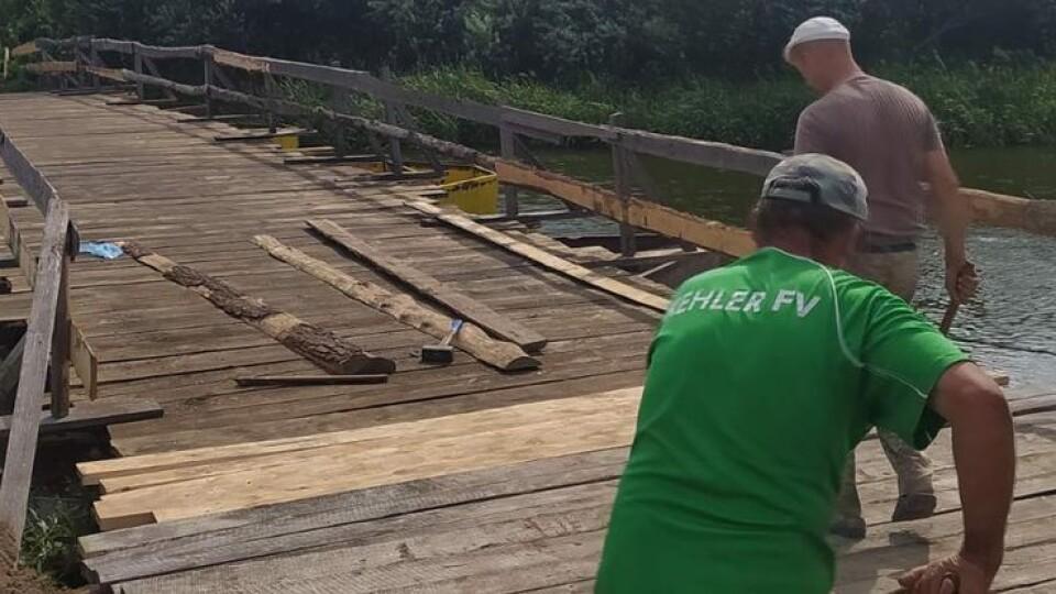 На Волині місцеві жителі власноруч відремонтували поромні переправи