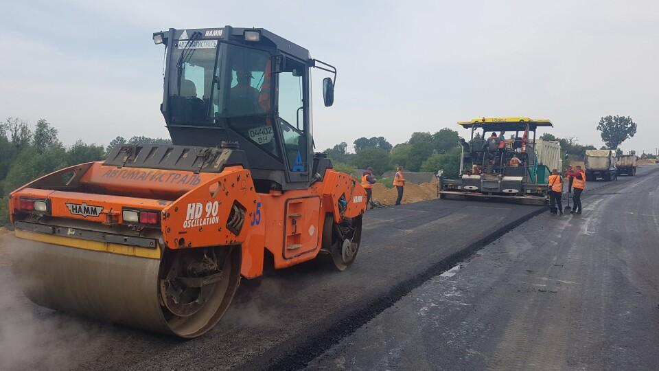 Показали, як на Волині біля кордону з Польщею ремонтують дорогу