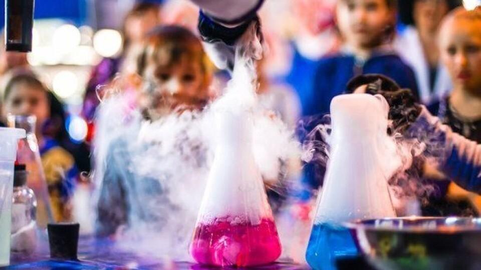 «Паста для слона», «хімічний вулкан» і оптичні ілюзії: у центрі Луцька влаштують «наукові шоу»