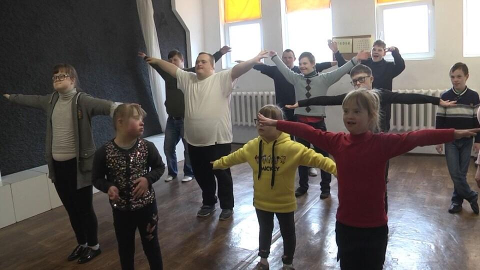 «Сонячне сяйво». Як у Луцьку працює театр для людей із синдромом Дауна