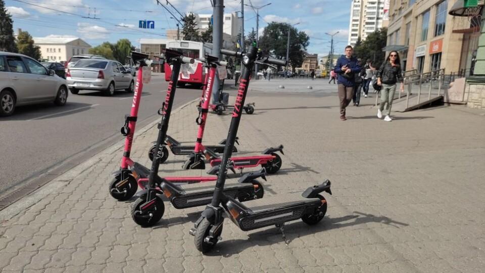 Правила їзди на електросамокатах у Луцьку. Думки влади, патрульних і власника сервісу