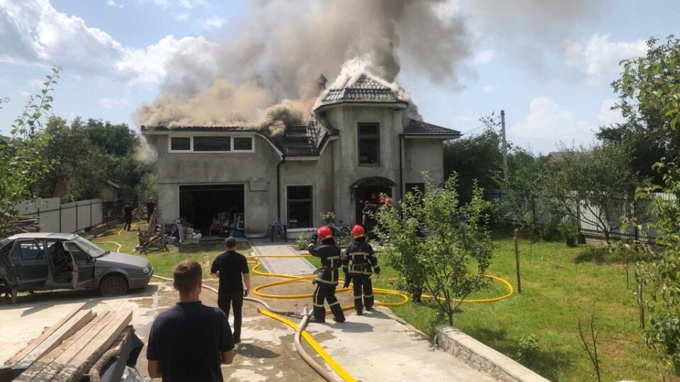 В Івано-Франківській області на будинок впав літак
