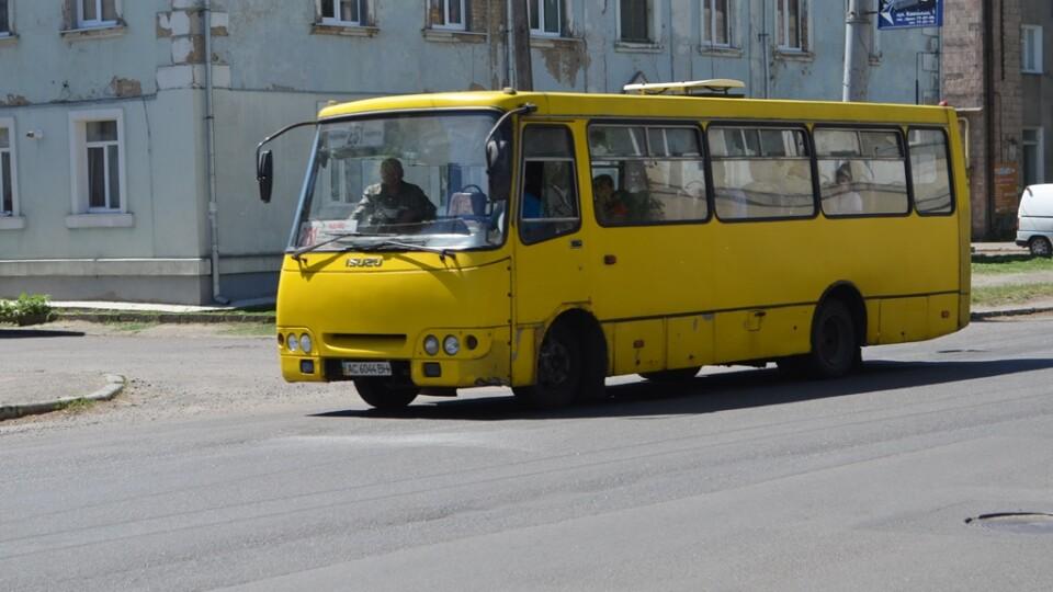 У Луцьку повністю зупиняють маршрутки та тролейбуси. Як їздитимуть на роботу медики
