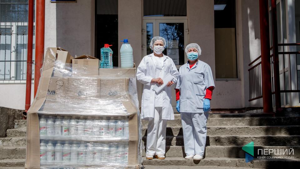 Лінія магазинів EVA передала засоби дезінфекції медикам волинських лікарень