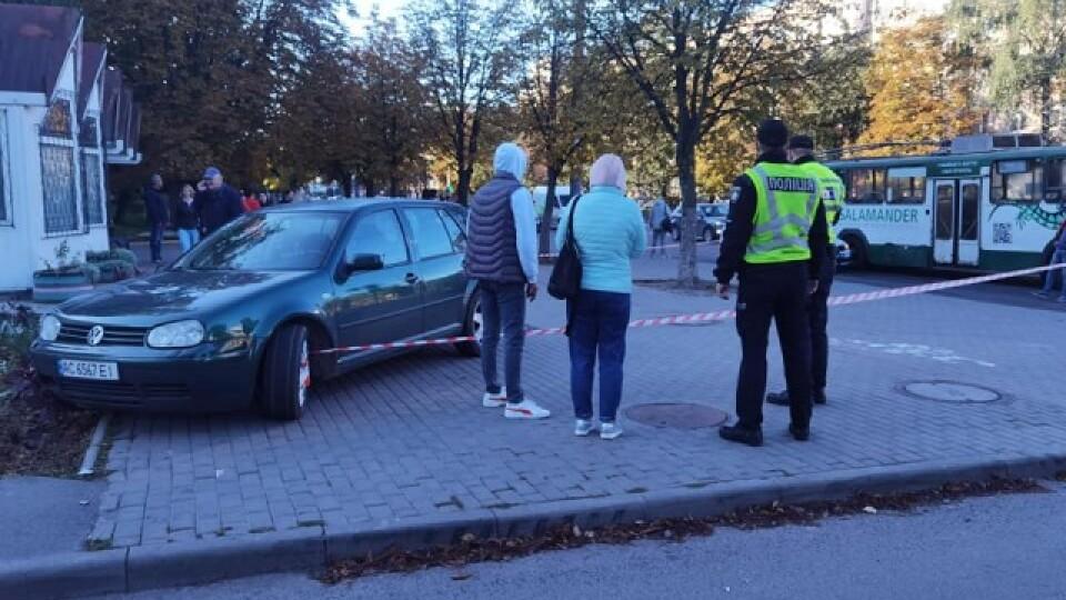 У Луцьку на проспекті Відродження «Фольскваген» вилетів на зупинку і збив чоловіка