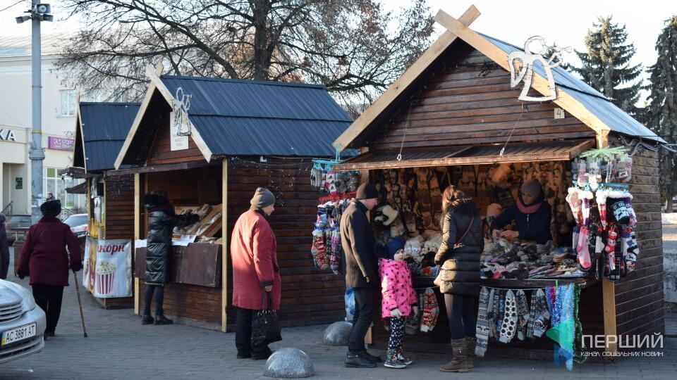 Шашлик, ікони і шкарпетки з собачої шерсті. Що продають на ярмарку в центрі Луцька
