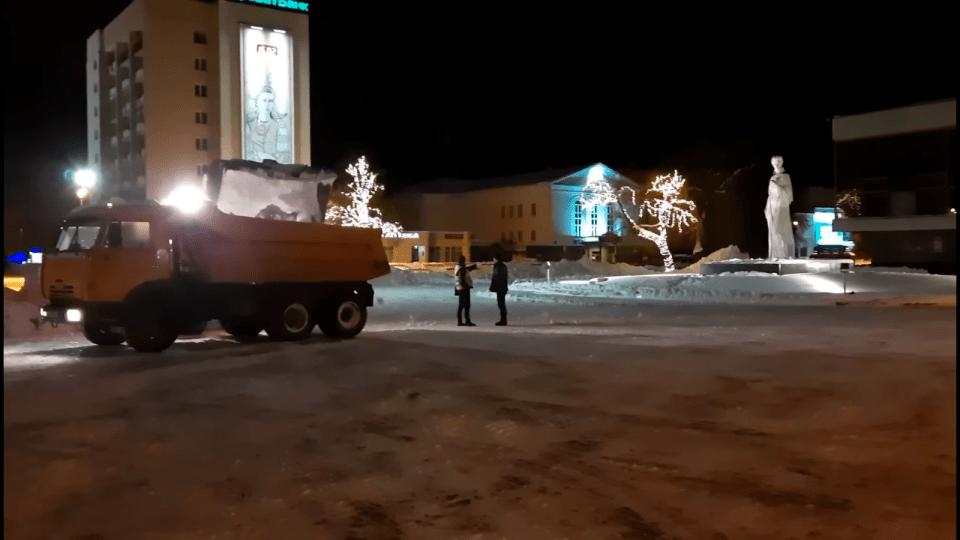 Як у Луцьку вночі чистили від снігу Театральний майдан, Замкову площу та мости