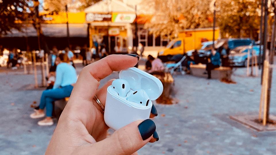 Круті навушники AirPods - за фото в центрі Луцька. Лишився тиждень до кінця розіграшу