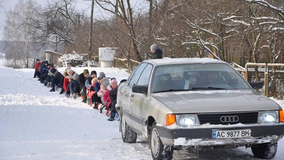 Захоплива зимова забава: у Хорлупах на Волині понад 20 санчат зв'язали в один «потяг» і гасали селом