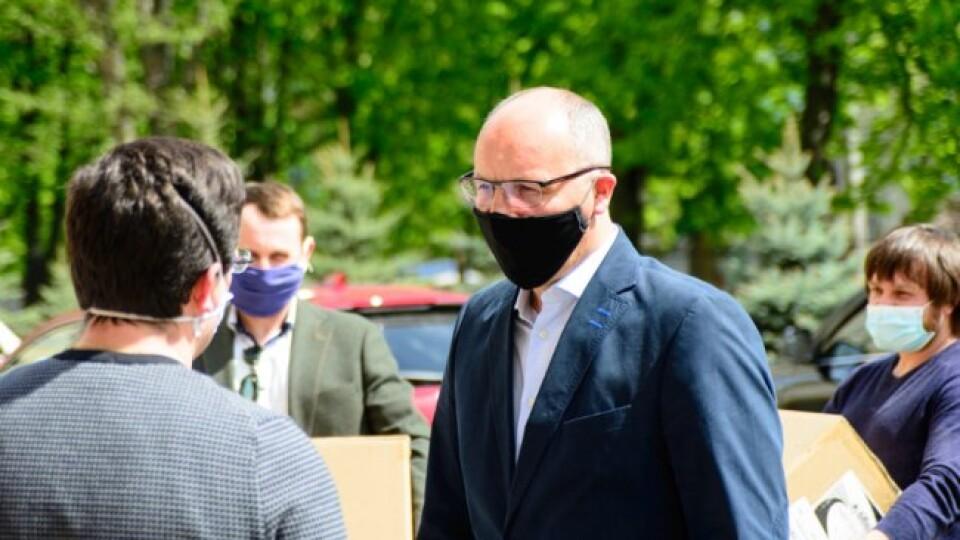 Порошенко передав медикам Волинської обласної лікарні спецкостюми й окуляри